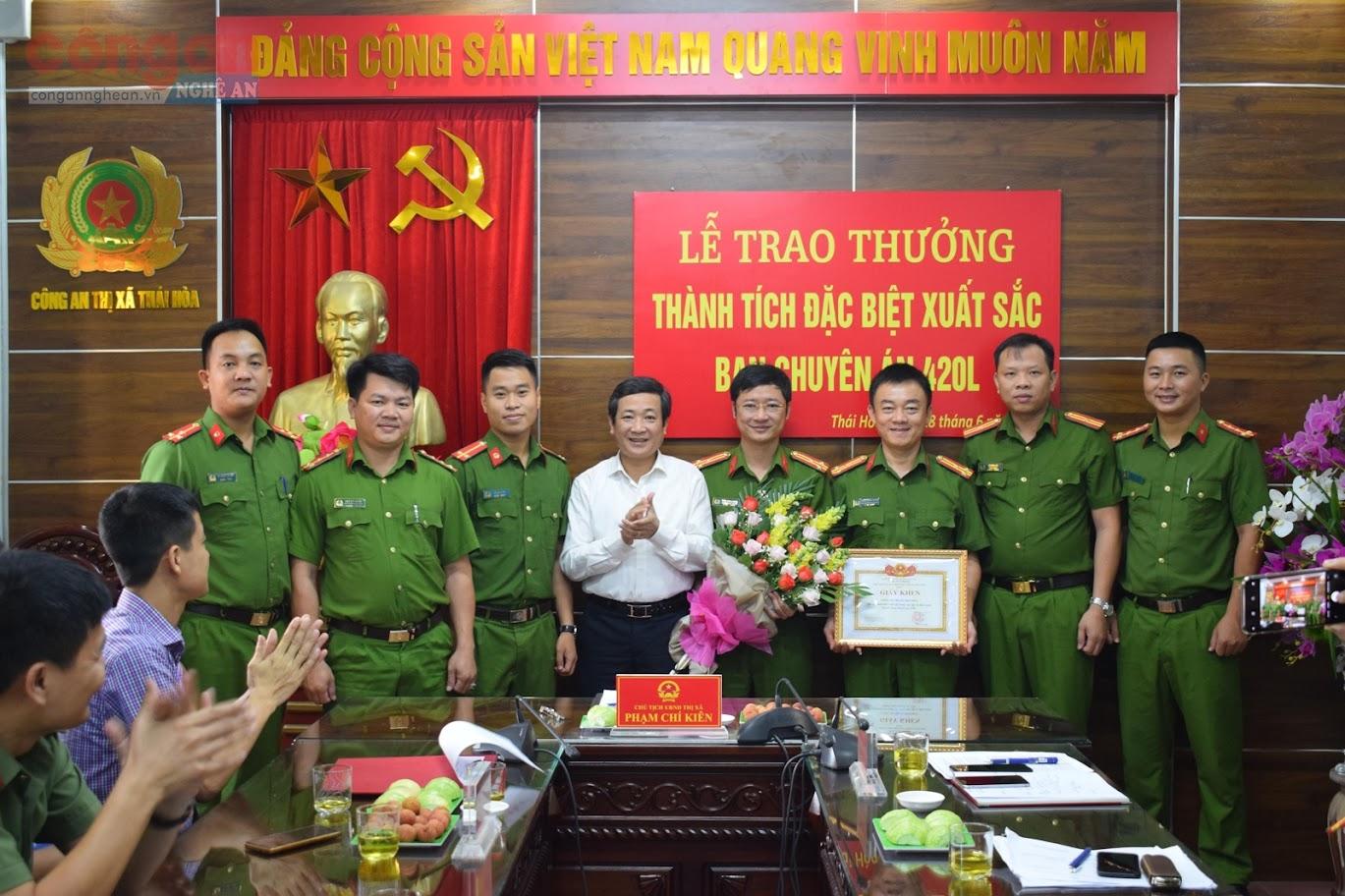 Lãnh đạo UBND TX Thái Hòa trao thưởng cho Ban chuyên án