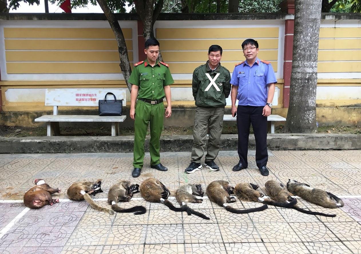 Đối tượng Phạm Đình Dũng (X) cùng số cá thể động vật hoang dã bị phát hiện, thu giữ.