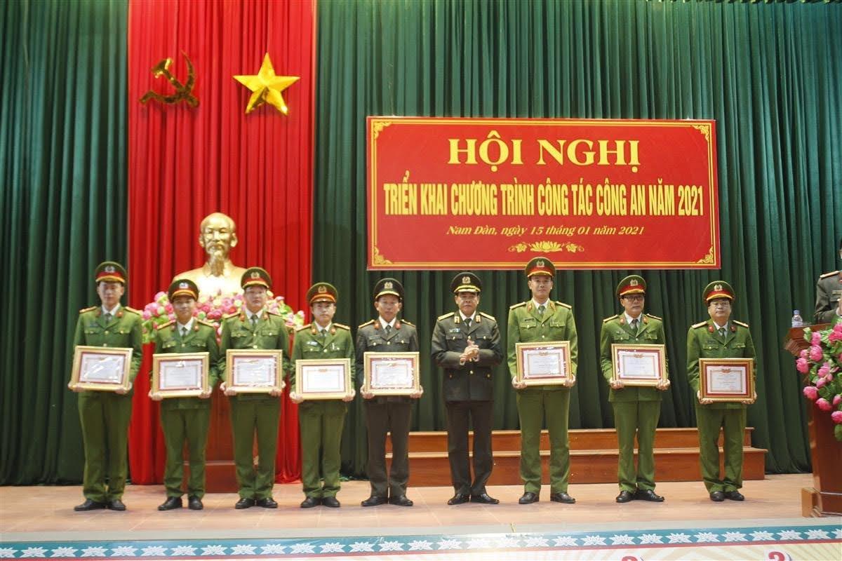 Trao tặng danh hiệu Chiến sỹ thi đua cơ sở cho các cá nhân xuất sắc