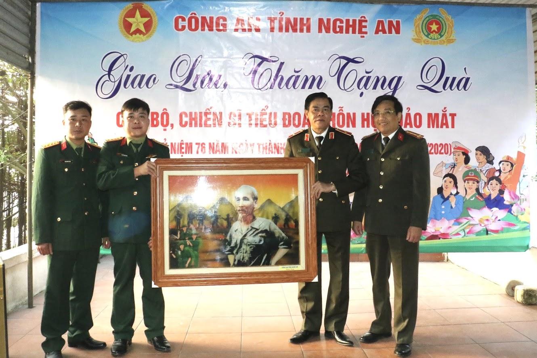 Đoàn công tác thăm, tặng quà cho Tiểu đoàn hỗn hợp Đảo Mắt
