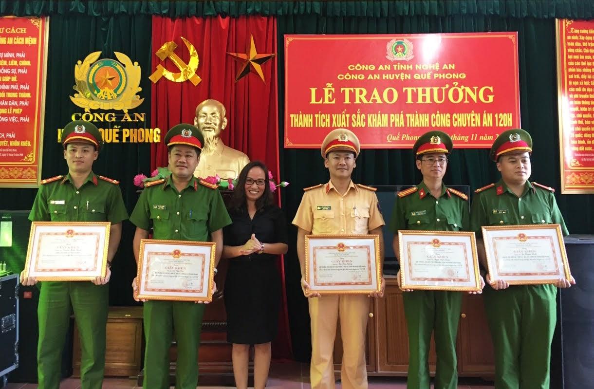Đồng chí Lô Thị Nguyệt – Phó Chủ tịch UBND huyện Quế Phong tặng Giấy khen cho 5 cá nhân có thành tích xuất sắc trong điều tra, phá Chuyên án