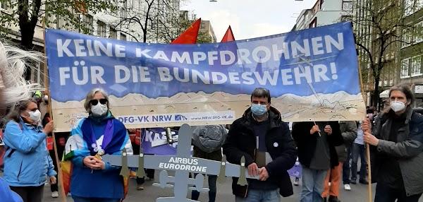 Ostermarschierende mit Drohnenmodell «Airbus Eurodrone» und Transparent: «Keine Kampfdrohnen für die Bundeswehr!».