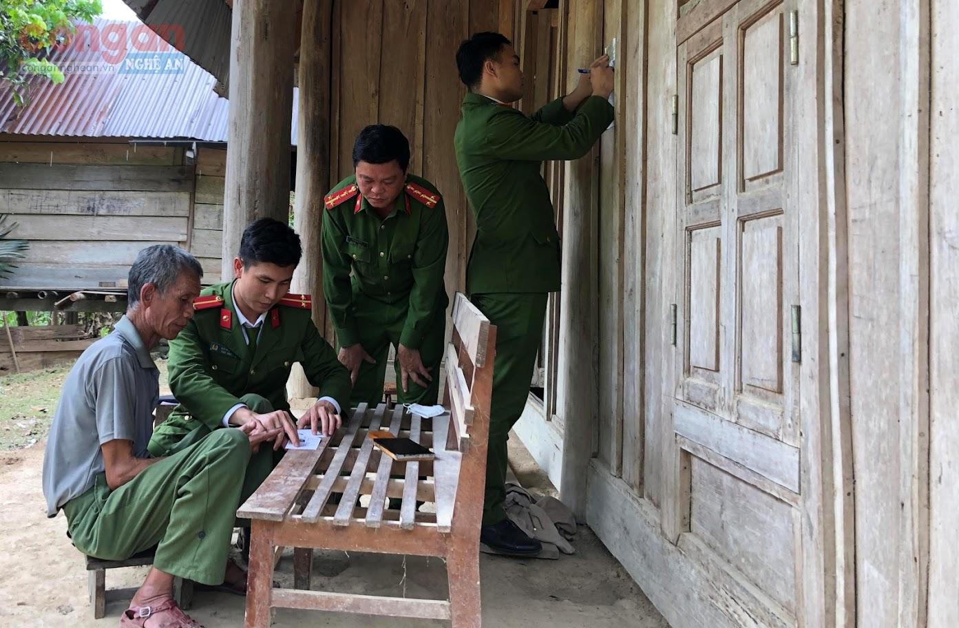 Cán bộ Công an huyện Tương Dương đến tận nhà                             làm thủ tục cấp CMND cho người dân