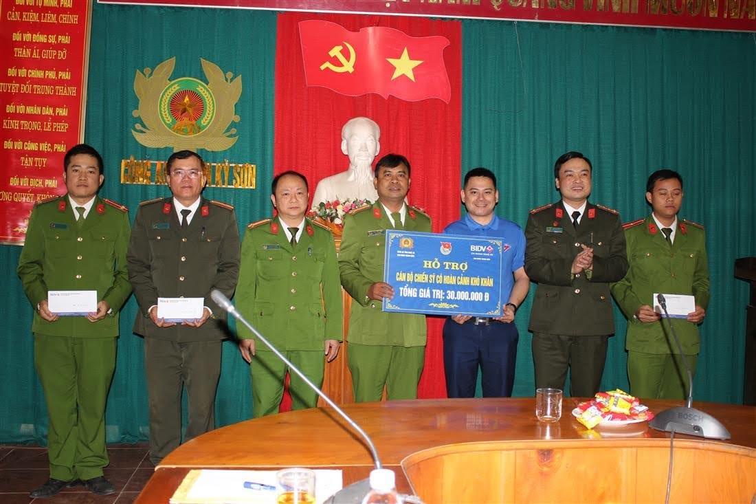 Đoàn công tác trao các phần quà cho cán bộ, chiến sỹ bị ảnh hưởng nặng nề do cơn bão số 7.