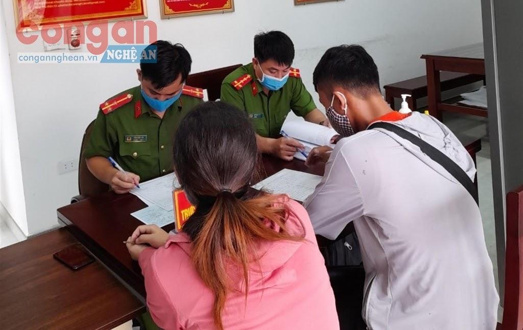 Tiếp dân tại Công an xã Quỳnh Lập