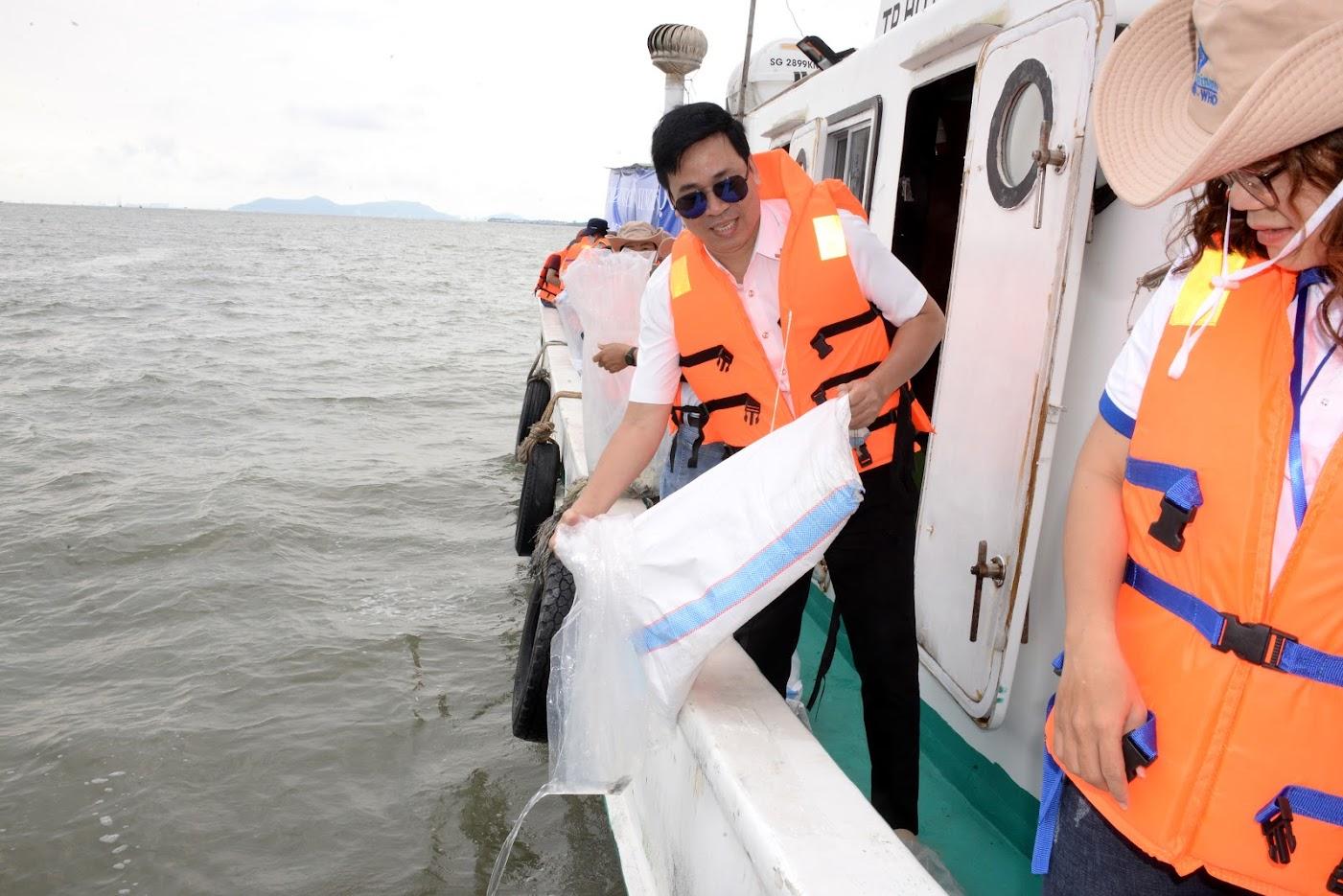 Công ty Diên Khánh Kỹ Sư Lang tài trợ thả cá giống về biển
