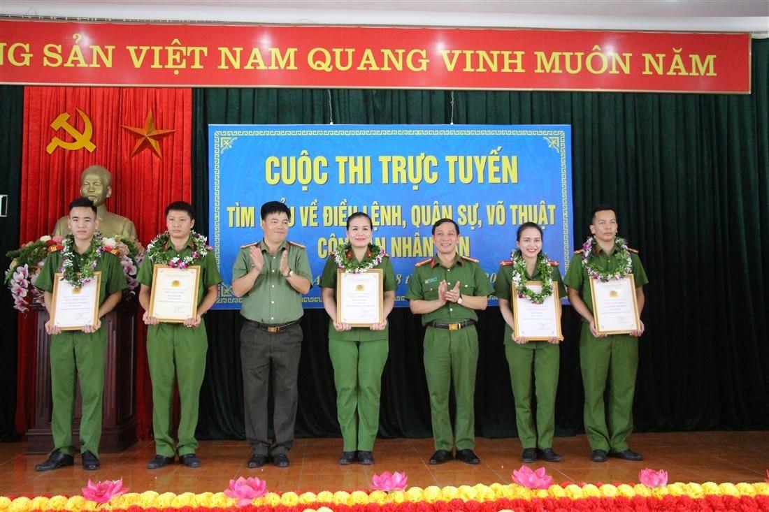 Đại diện lãnh đạo Trại tạm giam và đại diện lãnh đạo Phòng Công tác đảng và công tác chính trị trao thưởng cho 5 đồng chí xuất sắc trong vòng thi chung kết.