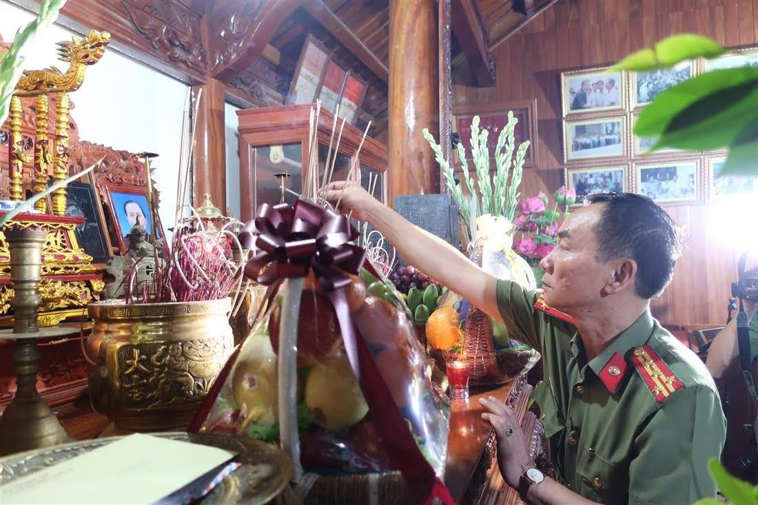 Đồng chí Đại tá Lê Xuân Hoài – Phó Giám đốc Công an tỉnh là con trai của cố Thiếu tướng Lê Văn Khiêu, dâng hương
