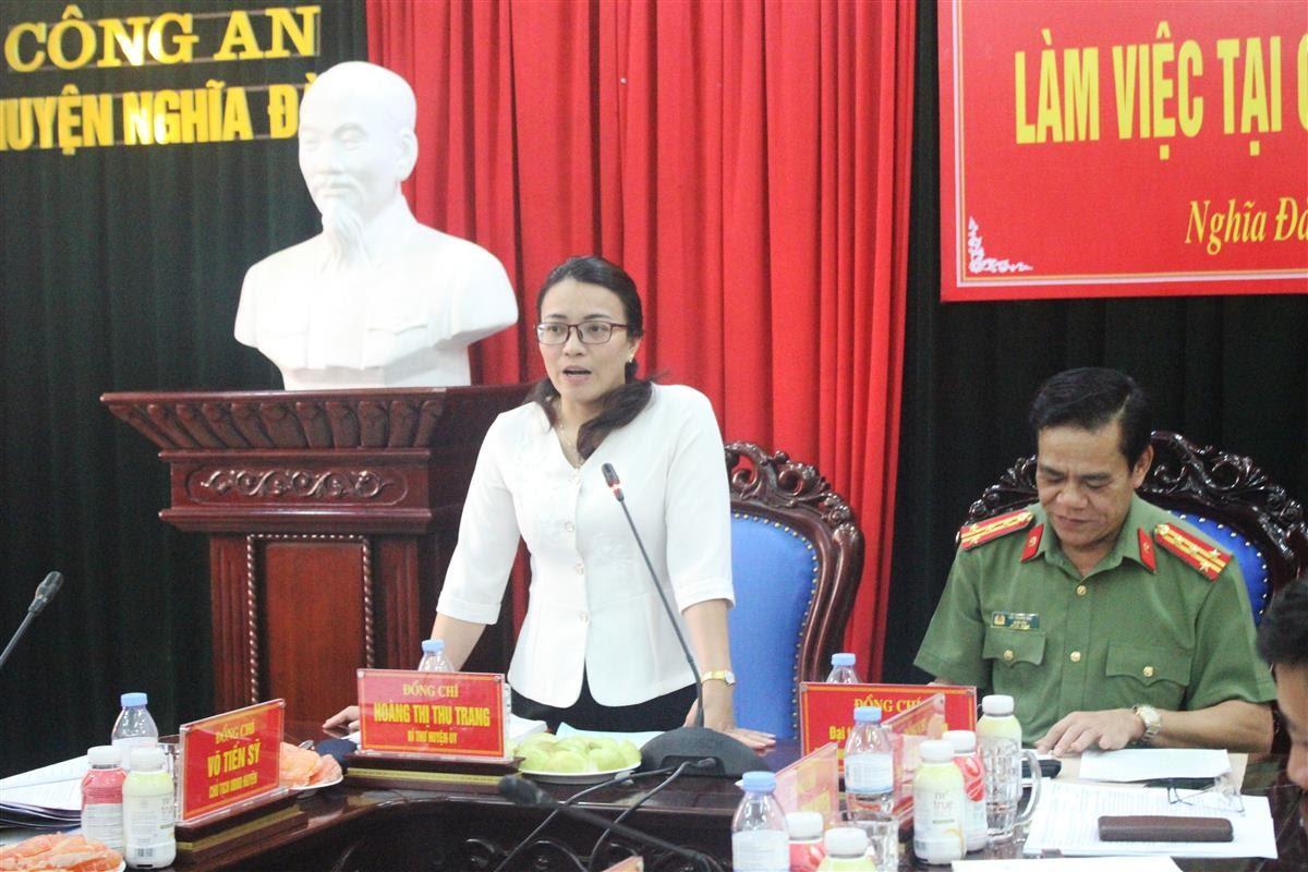 Đồng chí Hoàng Thị Thu Trang – Bí thư Huyện ủy ghi nhận, đánh giá cao vai trò của lực lượng Công an huyện trong việc đảm bảo ANTT, giữ bình yên địa bàn suốt thời gian vừa qua.