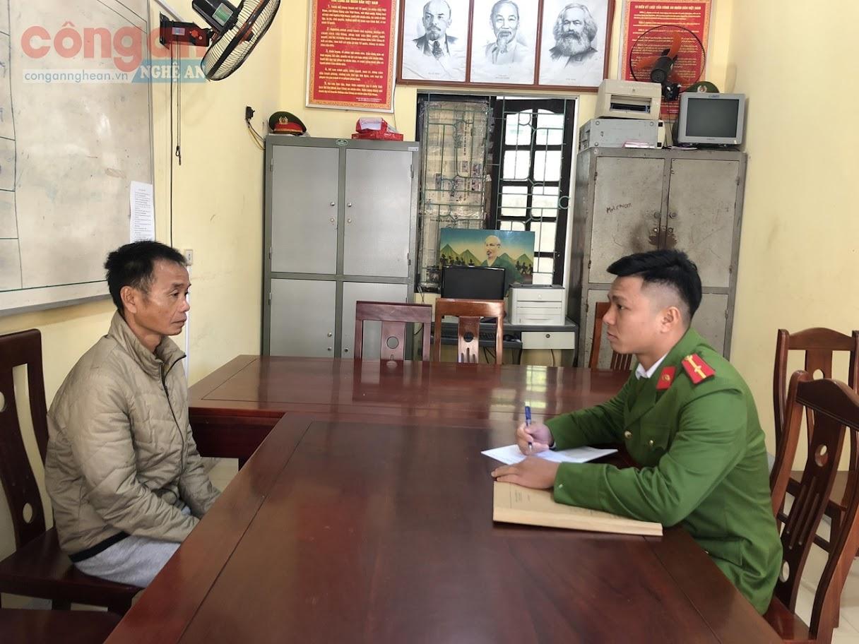 Cán bộ Công an huyện Con Cuông lấy lời khai đối tượng trong một vụ án