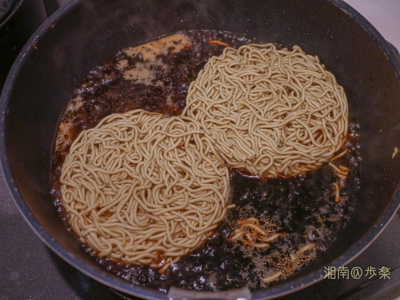 【正麺 ソース焼そば】焼きそばというより、ソース煮という表現がぴったり