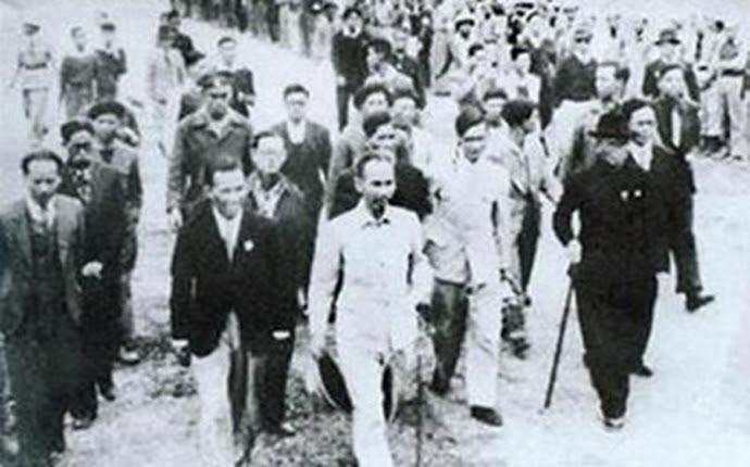 Người dân đón mừng Chủ tịch Hồ Chí Minh và các vị được giới thiệu ứng cử Đại biểu Quốc hội tại Hà Nội ngày 05/01/1946. Ảnh tư liệu