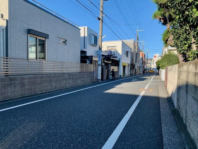 お店の前の通り。静かな住宅街になっている。