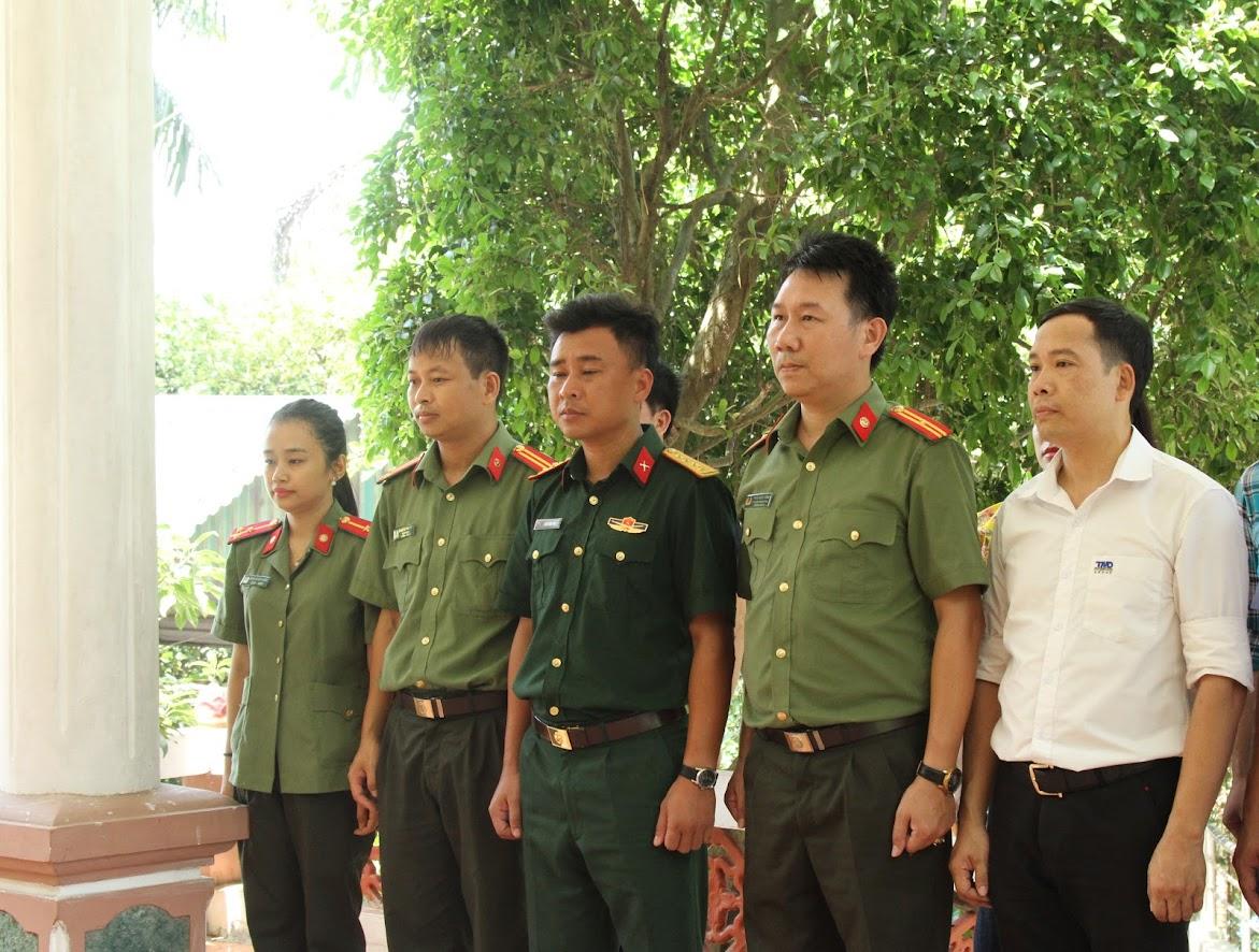 Đoàn công tác dâng hương tại Đài tưởng niệm liệt sỹ trên Đảo Mắt
