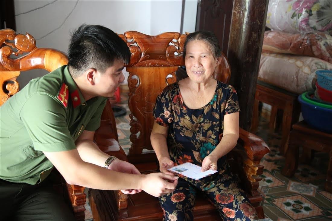 Đoàn công tác đã trao quà cho 05 hộ gia đình thương binh liệt sỹ trên địa bàn huyện Anh Sơn.