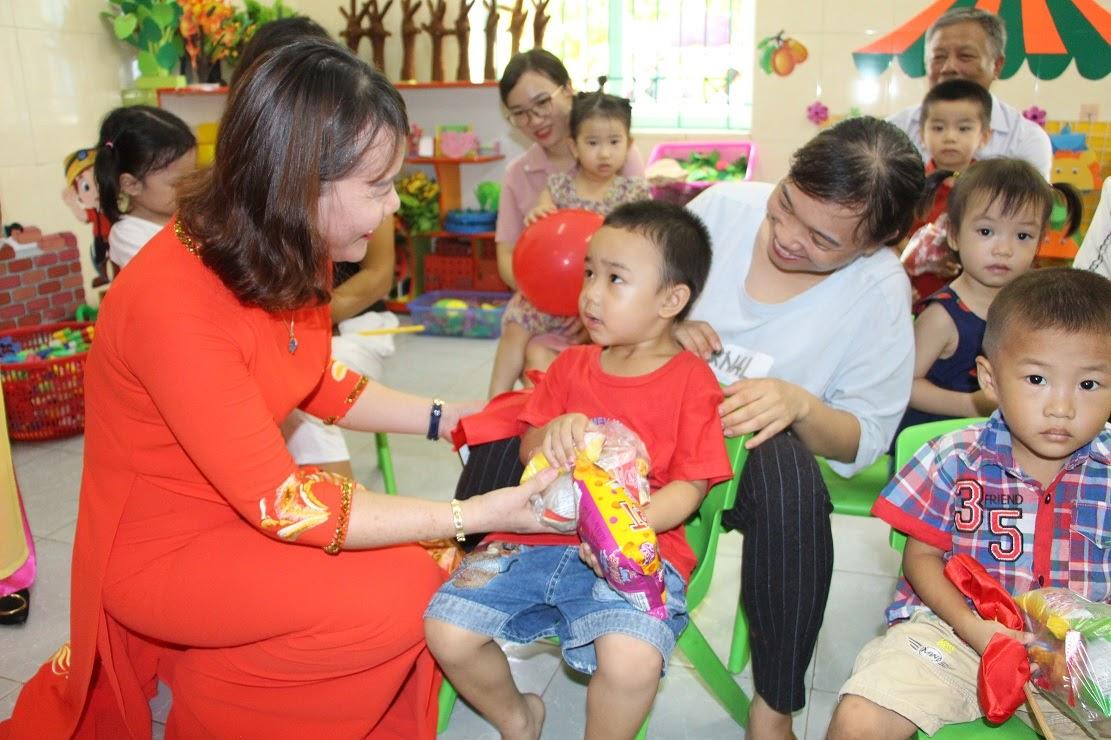 """Cô giáo Trường Mầm non Sao Mai, phường Quán Bàu, TP Vinh đón các cháu vào lớp trong ngày khai giảng """"đặc biệt"""" ngay tại lớp học"""
