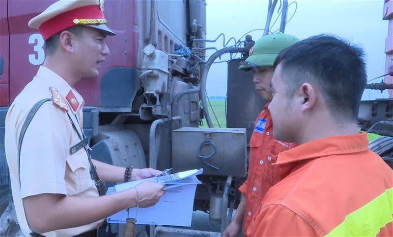 CSGT tuyên truyền cho lái xe chấp hành nghiêm                           các quy định của pháp luật