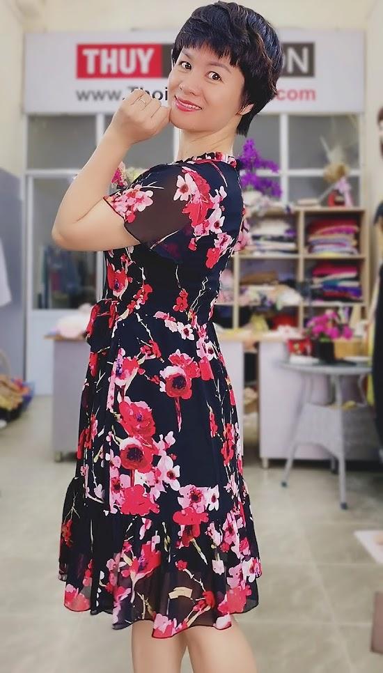 Váy xòe vải hoa màu đỏ đen mặc dạo phố thời trang thủy hải phòng 2