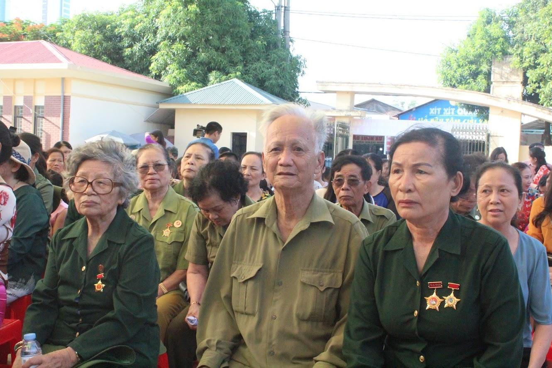 Các đại biểu và những hội viên thuộc Hội CCB, Hội cựu TNXP tỉnh Nghệ An tham dự buổi lễ.