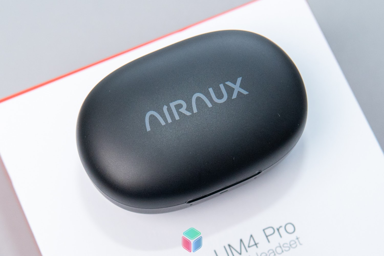 Vỏ hộp AA-UM4 Pro được làm từ nhựa nhám