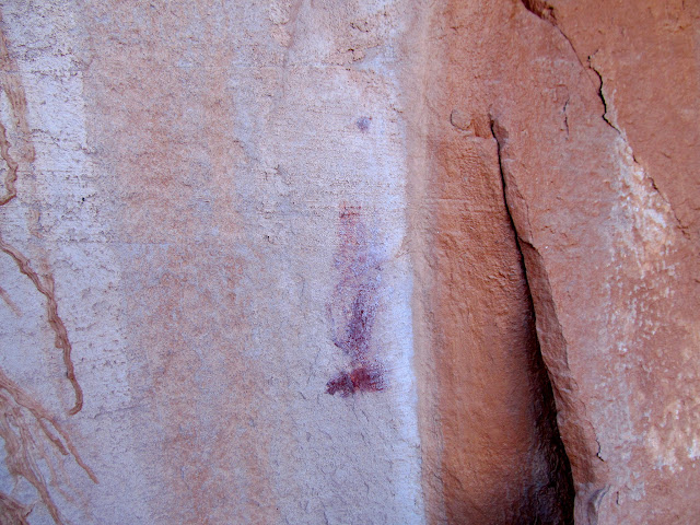 A smudge of pigment, the only rock art I'd see all weekend
