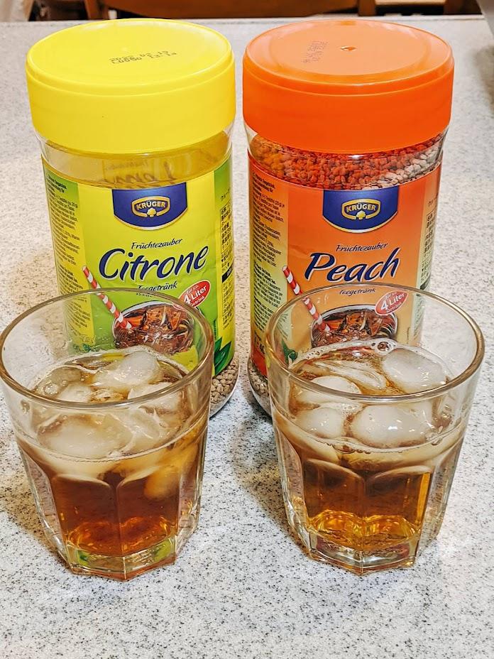 クルーガーレモンティーピーチティーのボトルの前にそれぞれグラスに入ったアイスティー
