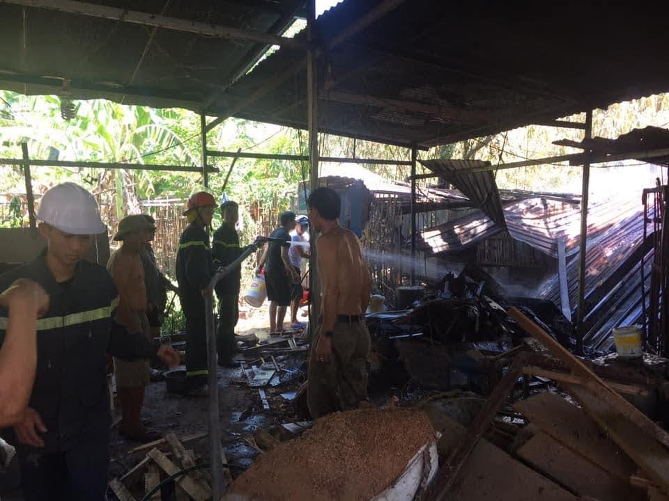 Dù gió mạnh, vật liệu dễ bén lửa nhưng lực lượng cảnh sát PCCC đã nhanh chóng khống chế ngọn lửa, không để lan sang nhà dân