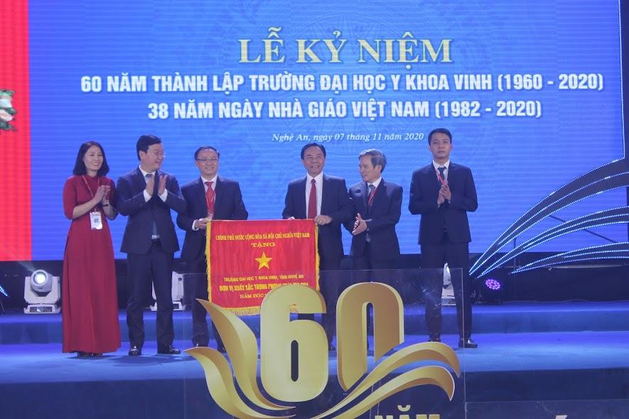 Thừa ủy quyền của Thủ tướng Chính phủ, đồng chí Nguyễn Đức Trung, Chủ tịch UBND tỉnh trao Cờ thi đua của Thủ tướng Chính phủ cho Trường Đại học Y khoa Vinh.