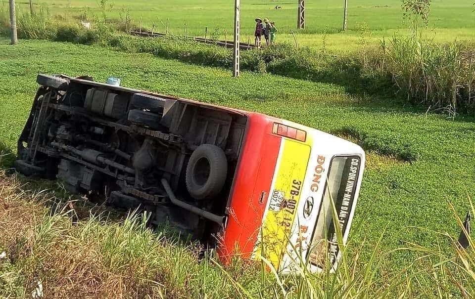 Xe buýt lật nghiêng dưới ruộng sau va chạm.