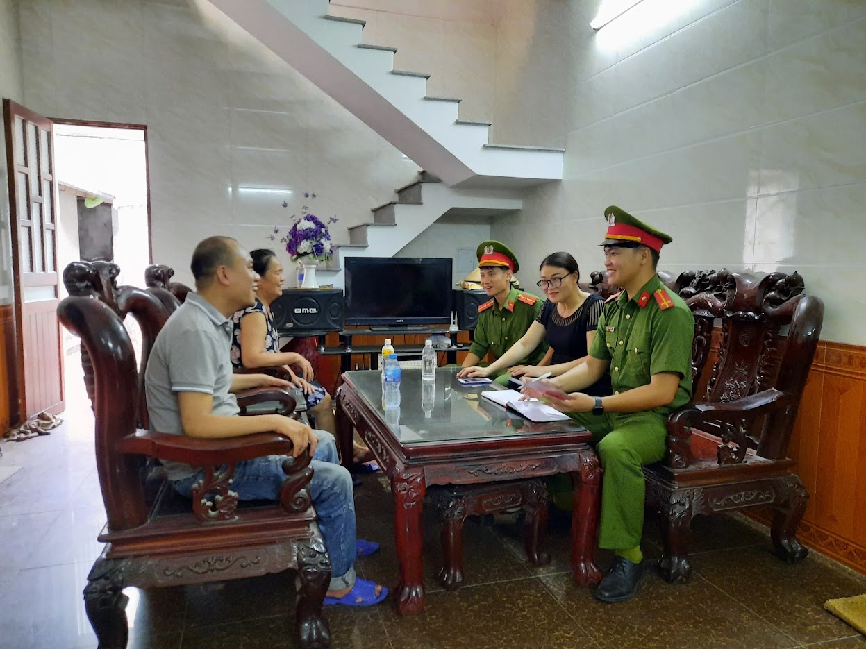 Cán bộ Công an phường Vinh Tân đến nhà dân tuyên truyền, phổ biến quy định về cơ sở dữ liệu quốc gia về dân cư