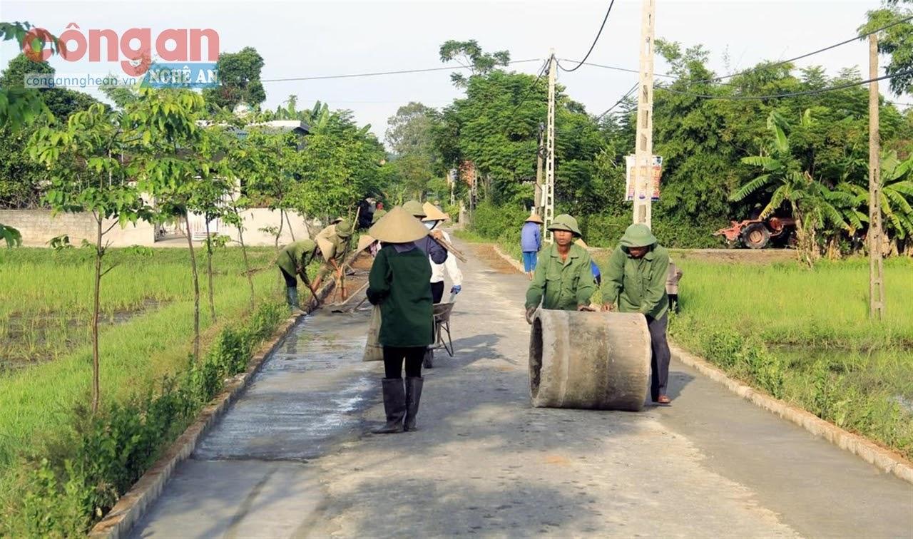 Nhân dân thôn Hồng Khánh, xã Xuân Giang ra quân làm đường giao thông nông thôn