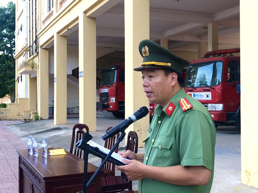 Trung tá Nguyễn Trọng Khanh, Phó trưởng phòng Công tác đảng và Công tác chính trị Công an Nghệ An, Phó trưởng ban huấn luyện phát biểu tại lễ bế giảng.