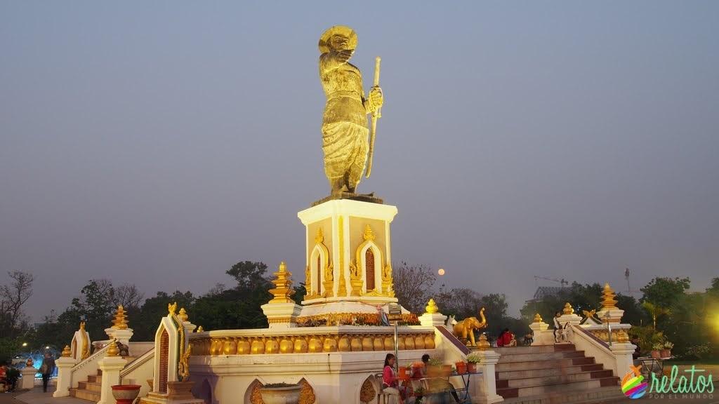 estatua del Rey Anouvong