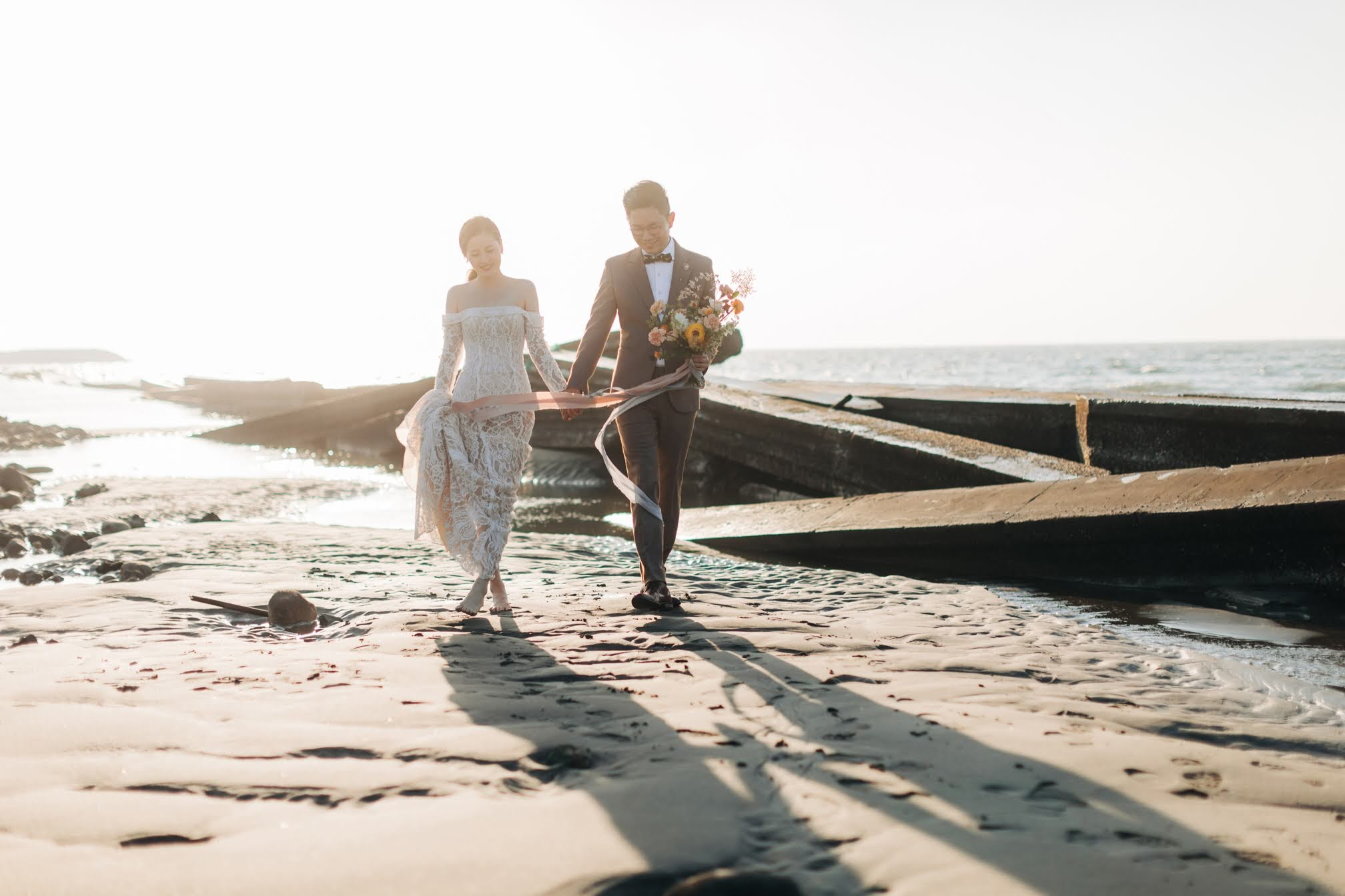 夏天 ,在顏氏牧場和優美的 海灘 ,替Wiki和Diane拍攝了這組 夏日 海灘 美式婚紗 ,除了顏氏牧場內的美景,黃昏時伴隨著美麗的夕陽和 煙火 ,兩人漫步在 沙灘 上,一起玩著 仙女棒 , 享受只屬於他們的約會片刻,也在最後替兩人拍攝了美麗的 煙火婚紗。