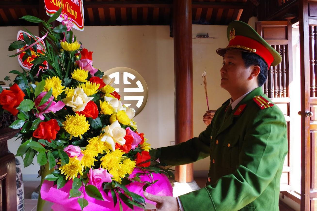 Đồng chí Trung tá Chu Quang Thành, Bí Thư Đảng ủy, Trưởng Công an huyện Đô Lương dâng hoa, dâng hương tưởng niệm cố Bộ trưởng