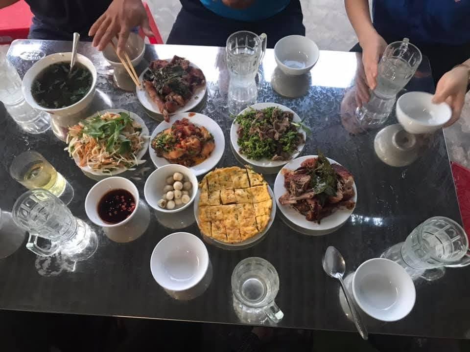 Bữa cơm giản dị nhưng chứa đầy tình cảm của các đoàn viên thanh niên