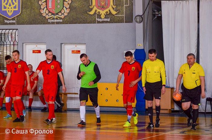 Group of people playing futsal Группа людей играющих в футзал
