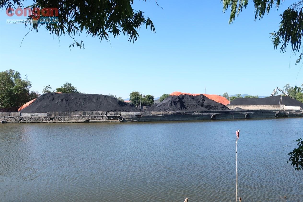 """Bãi tập kết than """"lộ thiên"""" bên sông Hoàng Mai gây ô nhiễm môi trường"""