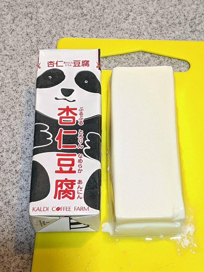 パンダ杏仁豆腐をまな板の上に1本出した画像