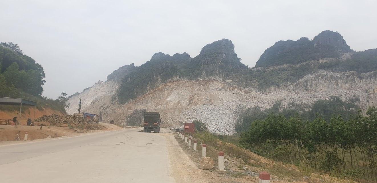 Mỏ đá Kim Giao của Công ty CP Xi măng Tân Thắng  đang khai thác rầm rộ dù đường cắt đỉnh chưa mở xong.