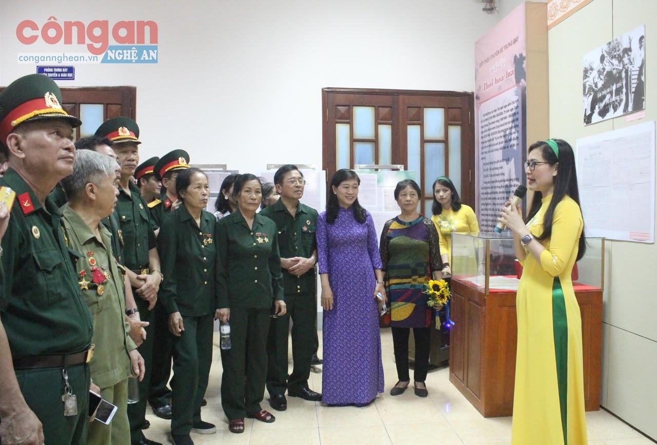 Những cựu chiến binh, thanh niên xung phong, các nhân chứng lịch sử và đông đảo người dân đến với Bảo tàng Nghệ An để nhớ về một thời hoa lửa