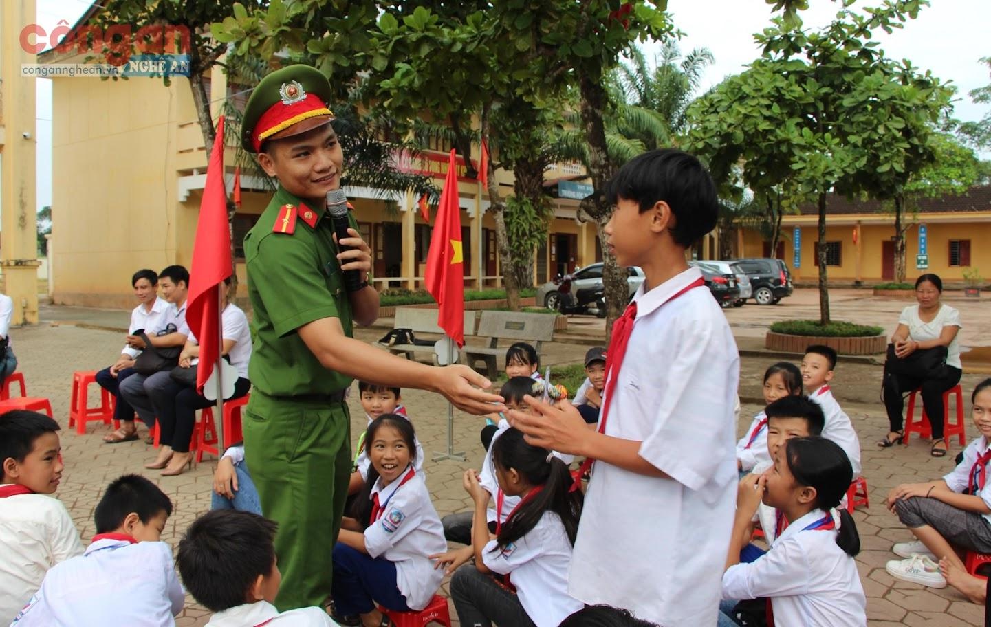 Cán bộ Công an huyện Nam Đàn tuyên truyền cho học sinh về công tác  phòng, chống ma túy và các tệ nạn xã hội