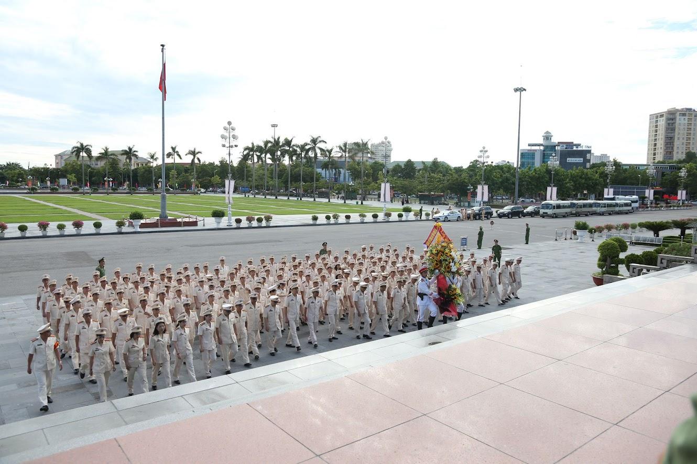 Các đại biểu tiến hành lễ dâng hoa