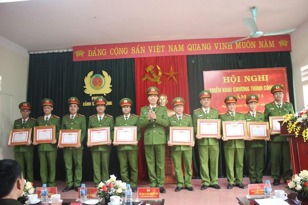 """Đại tá Cao Minh Huyền, Phó Giám đốc Công an tỉnh trao danh hiệu """"Chiến sỹ thi đua cơ sở"""" cho các cá nhân có thành tích xuất sắc."""