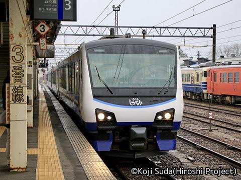 JR東日本 HB-E300系「リゾートしらかみ」青池編成 東能代にて_01