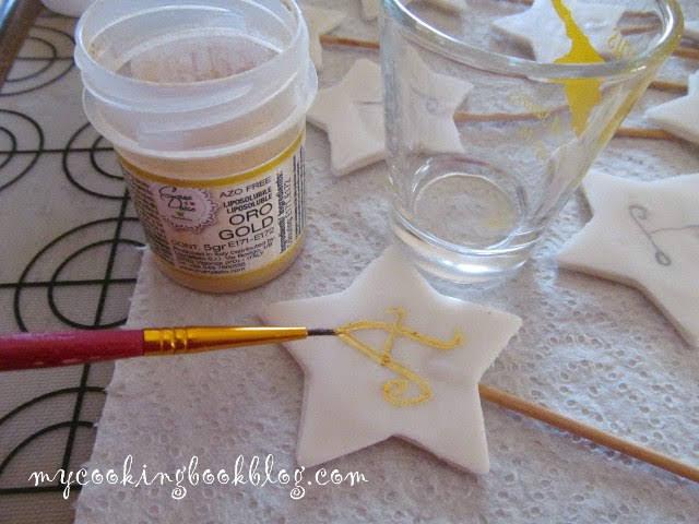 изписване на букви със златна сладкарска боя