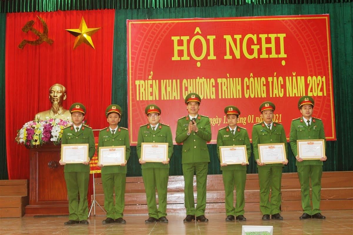 Đồng chí Phó Giám đốc tặng Danh hiệu cho 6 tập thể đạt Đơn vị Quyết thắng