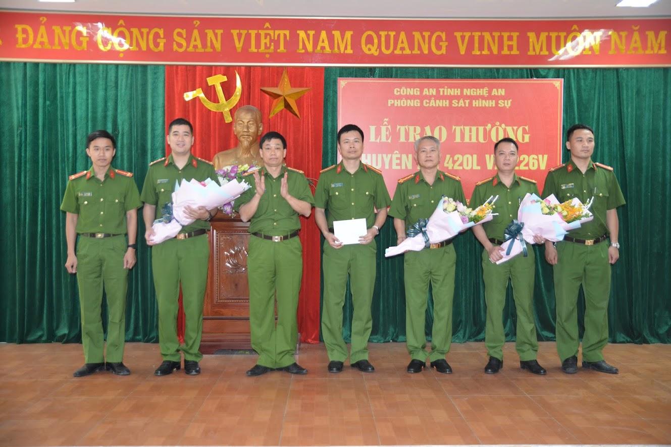 Đại tá Nguyễn Mạnh Hùng, Phó Giám đốc Công an tỉnh tặng hoa chúc mừng Ban chuyên án