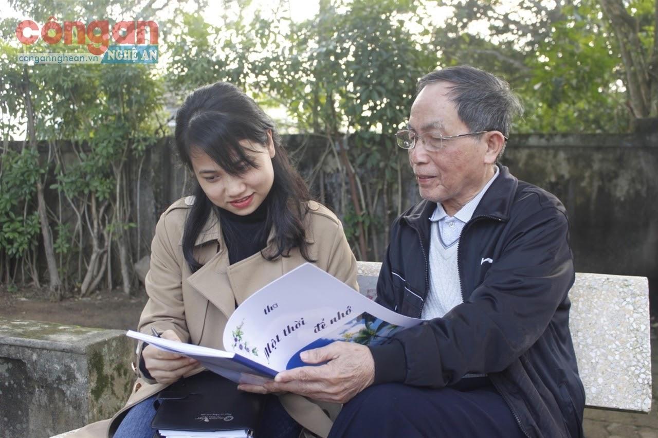 Nhà báo Ngô Thị Hậu trao đổi với nhân vật                                          trong một lần tác nghiệp tại cơ sở