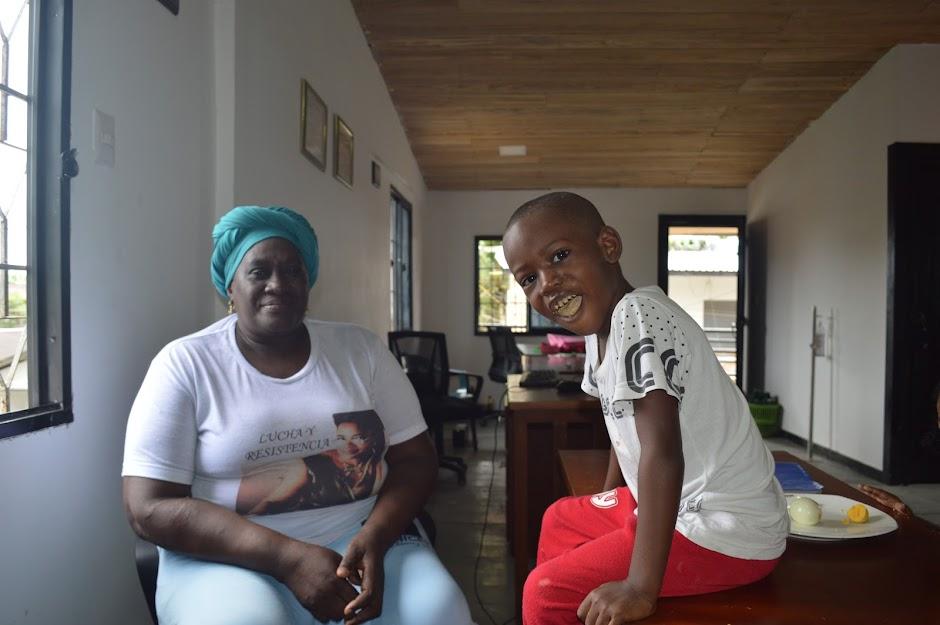 Teófila Betancour, creadora y lideresa de la Fundación Chiyangua, es esencial para entender la lucha y la resistencia de las mujeres afro en múltiples ámbitos. No deja de ser madre y abuela de múltiples formas, ni siquiera en la oficina de la Fundación.